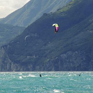 Kitesurfen auf dem Gardasee.