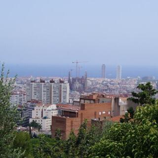 Vom höchsten Aussichtspunkt im Park Güell sieht man die Sagrada Família.