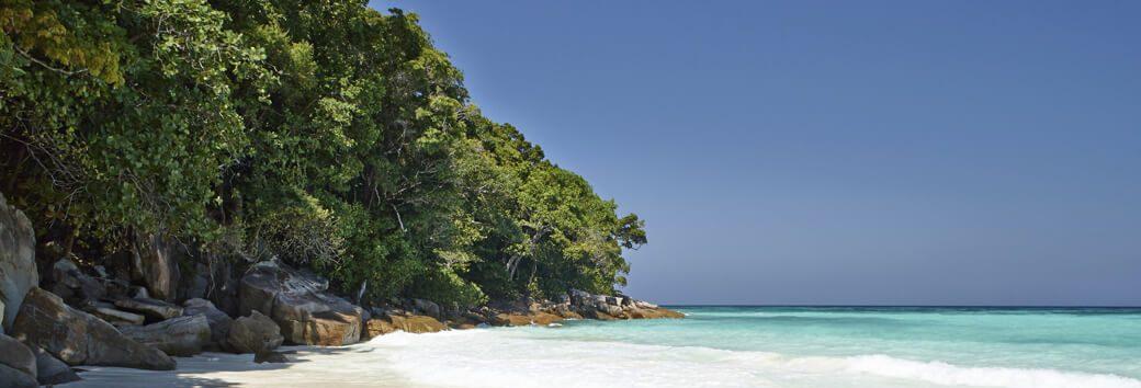 Insel Koh Tachai weisser Sandstrand und Landschaft am Meer