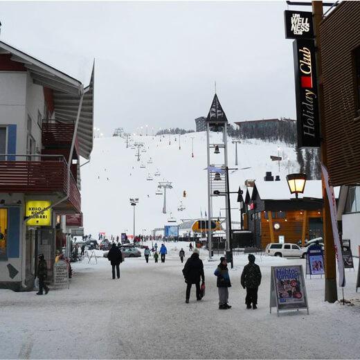 La piste de ski mène directement au village