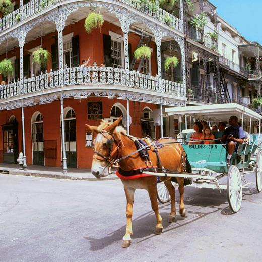 Eine Kreuzung im French Quarter in New Orleans