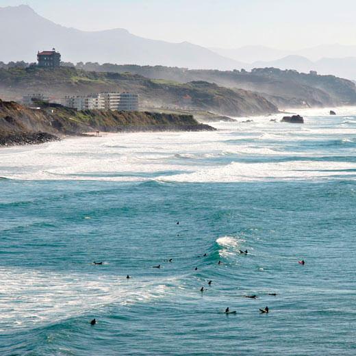 Die Wellen und Surfer vor Biarritz