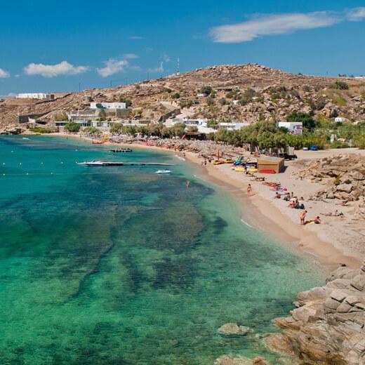 """Der berühmte """"Paradise Beach"""" auf Mykonos. Das Cavo Paradiso ist gleich um die Ecke"""