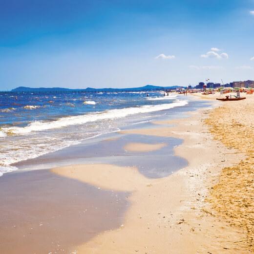 Der flachabfallende Strand bei Rimini
