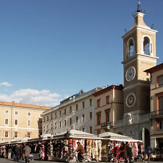Die Piazza tre Martiri im Herzen der Altstadt von Rimini