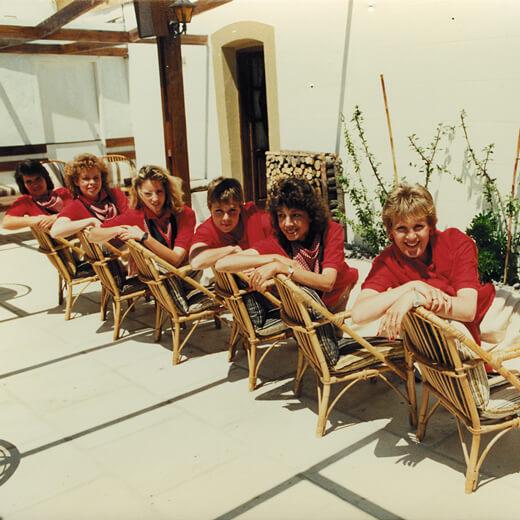Eine Gruppe Reiseleiter in der Hotelplan Uniform