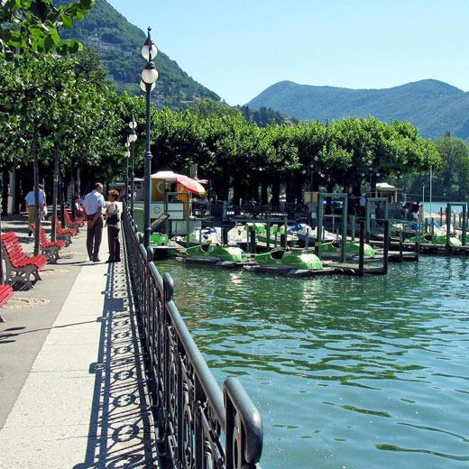 Entlang der hübschen Seepromenade Luganos schlendern und die Aussicht geniessen