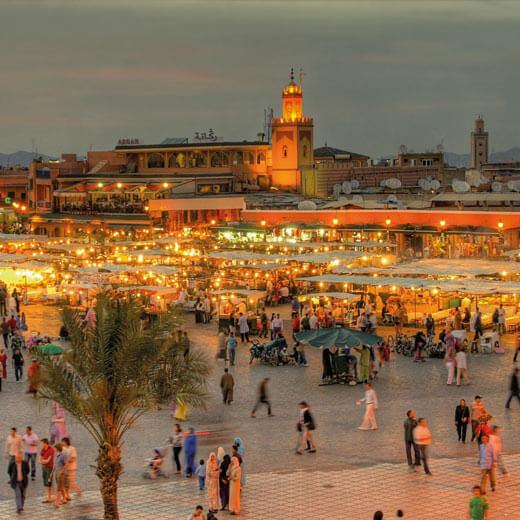 Der bekannte Platz Djemaa-el Fna in der Abend Dämmerung