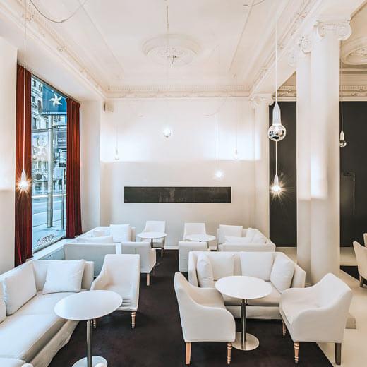 Elegant in Weiss gehalten: die Bocablo-Lounge