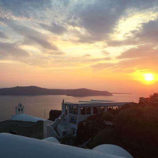 Einsamer Sonnenuntergang in den verwinkelten Gässchen Imeroviglis mit Sicht auf das Restaurant Blue Note