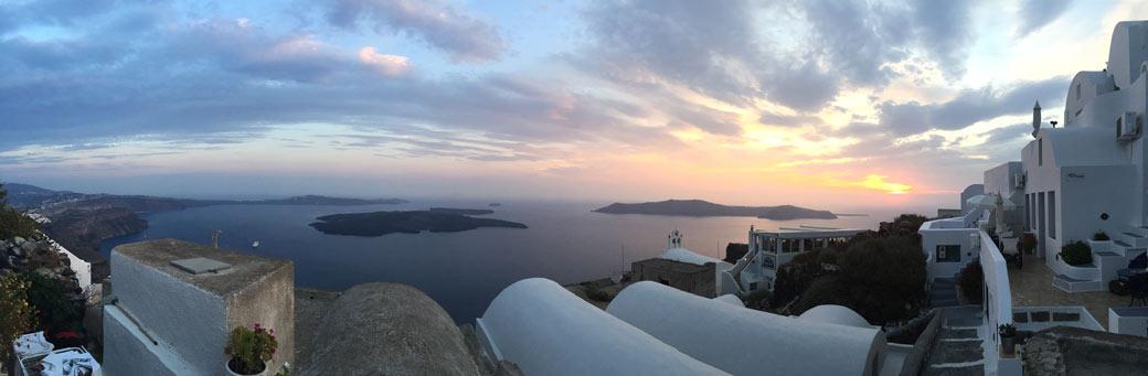 Panorama über die Caldera von Imerovigli aus bei Sonnenuntergang