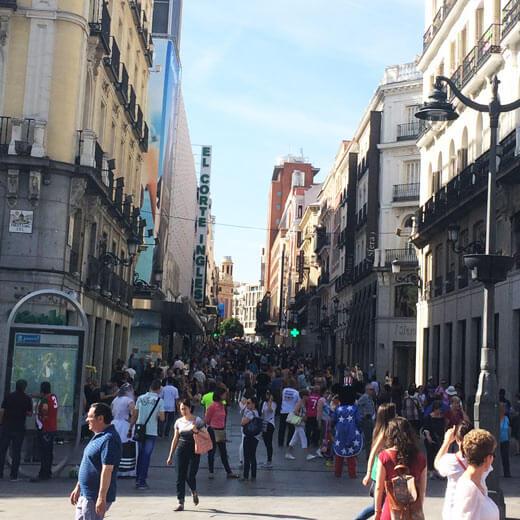 Sicht auf die Einkaufsstrasse vom Puerta del Sol aus