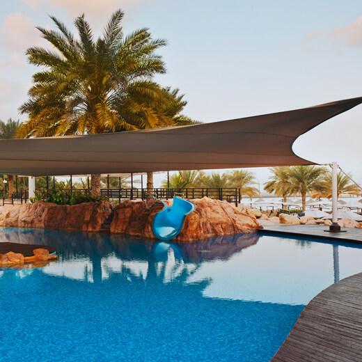 Verbringt angenehme Stunden am Pool des Westin Mina Seyahi Beach Resort