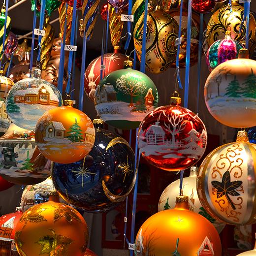 Christbaumkugeln auf dem Weihnachtsmarkt in Basel