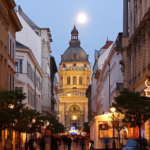 Weihnachtsmarkt vor der St.-Stephans-Basilika Kirche