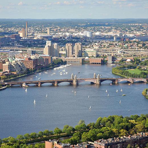Blick auf den Charles River und die Longfellow Brücke