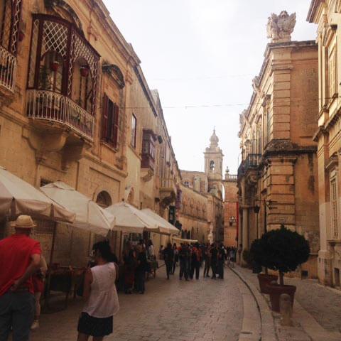 Schaut euch die schönen Gebäude in M'Dina an