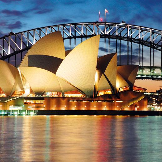 Die bekannte Oper in Sydney inkl. Harbour Bridge im Hintergrund