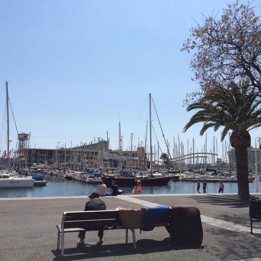 Der bekannte Hafen von Barcelona mit dem Einkaufszentrum im Hintergrund