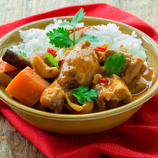 Gebratenes Huhn mit Knoblauch und Pfeffer auf Reis