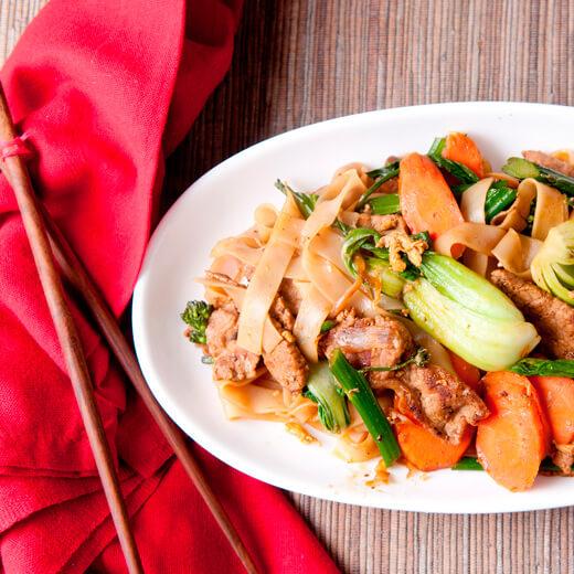 Reisnudeln mit chinesischem Brokkoli, Sojasuce und Fleisch