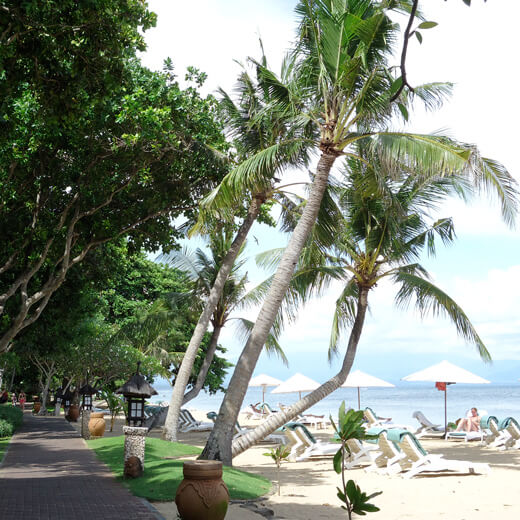 Eine Strandpromenade in Sanur