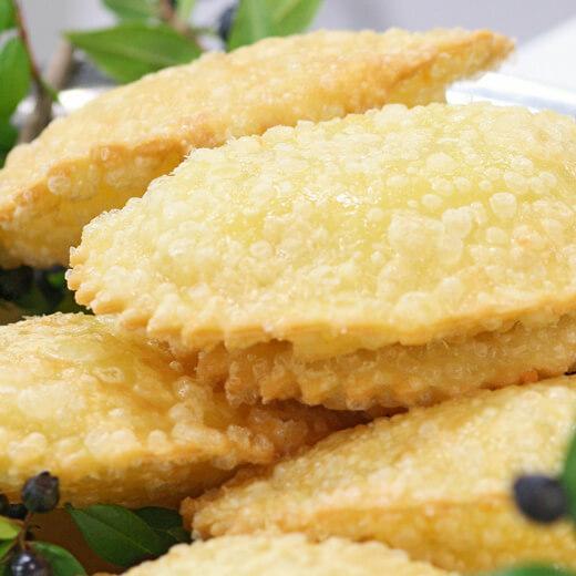 Saedas, ravioli au fromage de chèvre frit à l'huile