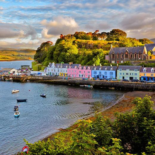 Das idyllische Hafenstädtchen Portree auf der Isle of Skye