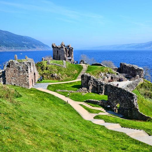 Ruinen vom Urquhart Castle beim Loch Ness