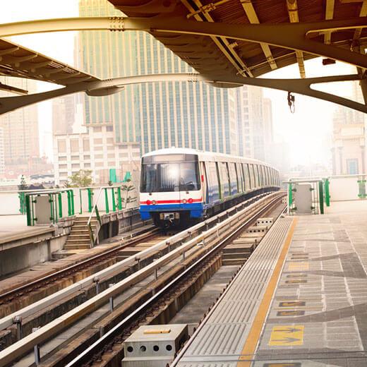 Mit dem Skytrain könnt ihr lange Wartezeiten im Stau vermeiden