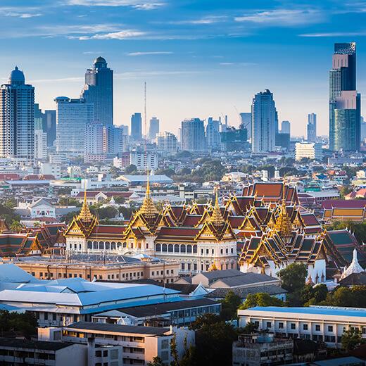 Der Königspalast mit der Skyline von Bangkok im Hintergrund
