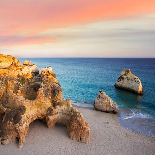 Der Prainha Strand mit seinen Felsbögen und Nischen