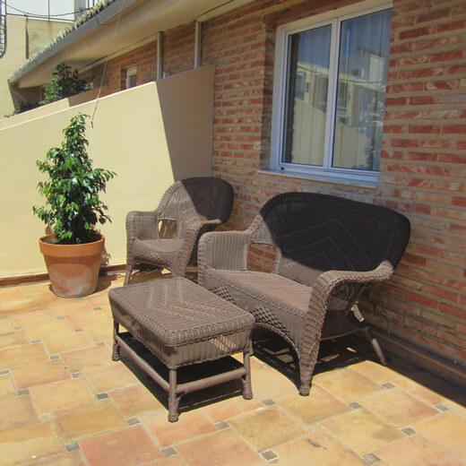 Die gemütliche Terrasse von unserem Zimmer im Ad Hoc