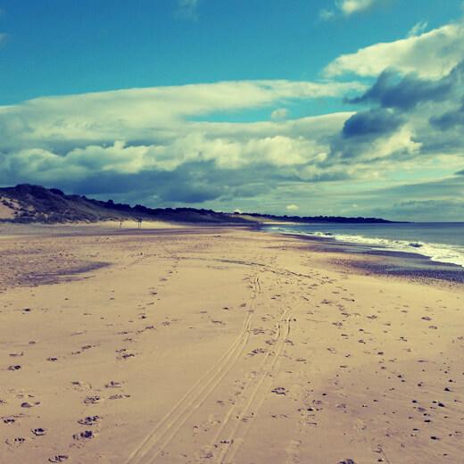 Die langgezogene Brittas Bay