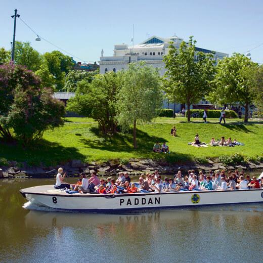 Eine Bootsfahrt durch die Kanäle lohnt sich um die Stadt zu erkunden