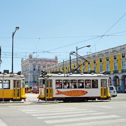 Die berühmten Strassenbahnen am Praca do Commercio