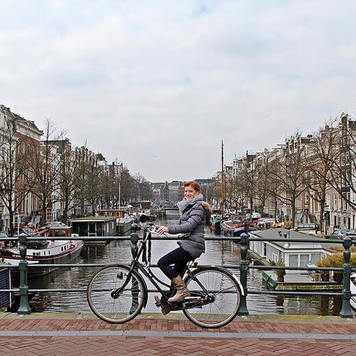 Céline erkundet mit dem Fahrrad die Stadt