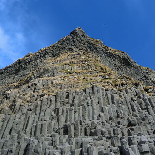 Tufffelsen Reynisfjall an der Südküste