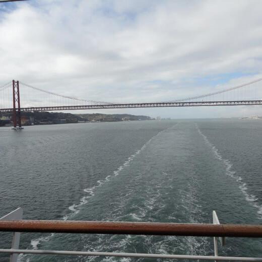 Unter der Tejo-Brücke nach Lissabon