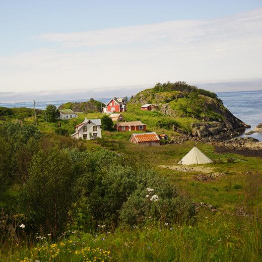 Typisch norwegische Häuser auf der Insel Senja