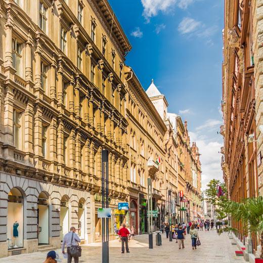 Váci Ucta est une rue commerçante propice à la flânerie.