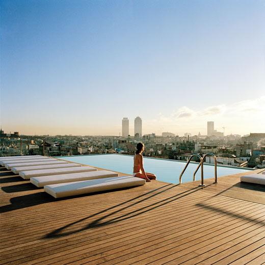 Von Pool aus hat man eine einmalige Aussicht auf Barcelona