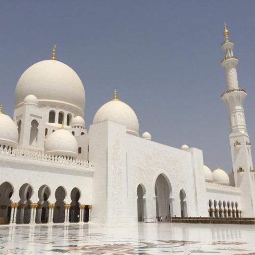 Die grosse Sheikh Zayed Moschee wird in Abu Dhabi Grand Mosque genannt.