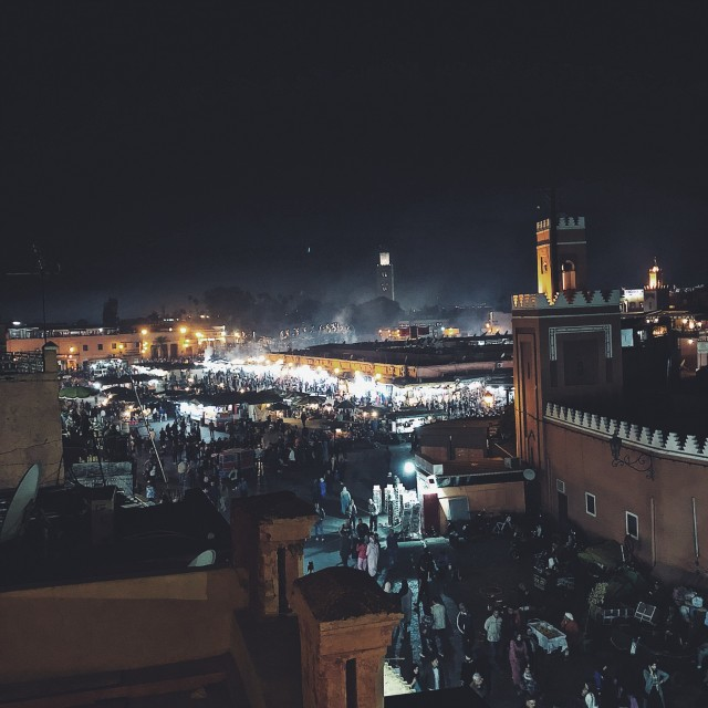 Beeindruckend und bereichernd – von einem der unzähligen Rooftops das Treiben des Platzes Djema el Fna beobachten...