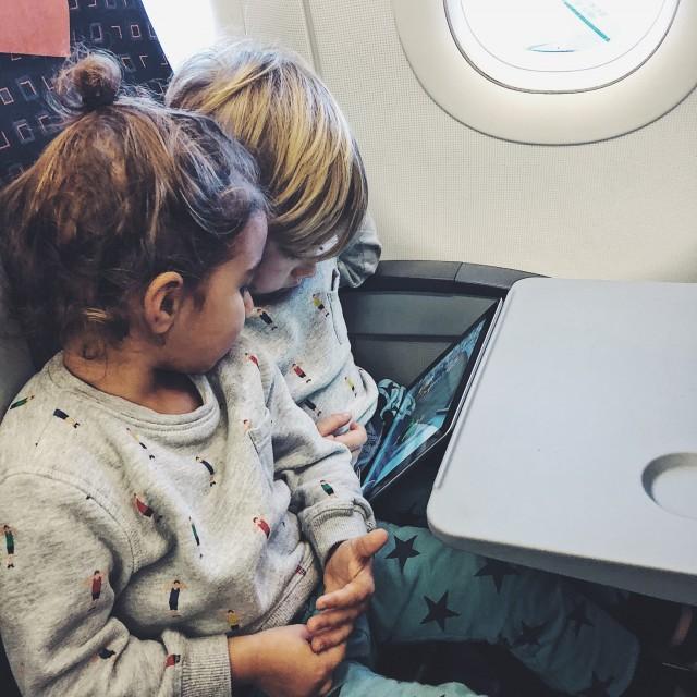 Good boys - Lou und Ilay am Flugzeit überbrücken...