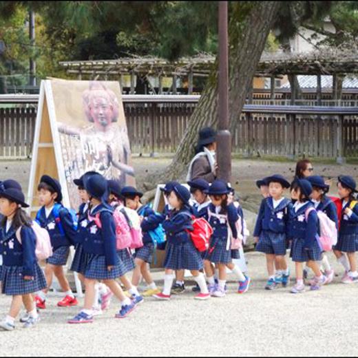 Les écoliers japonais commencent jeunes la visite des hauts lieux culturels de Nara !