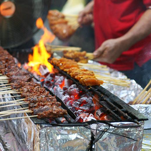 Die Satay-Spiessen werden am Lau Pa Sat Market gegrillt