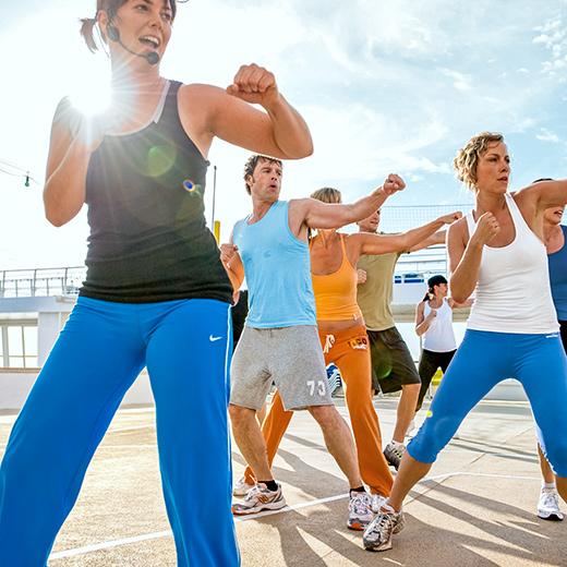 Es werden Kurse wie Yoga, Zumba und Spinning durchgeführt