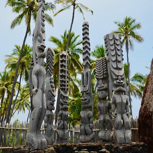 Geschnitzte Ki'i (Götterfiguren) im Pu'uhonua O Honaunau National Historical Park