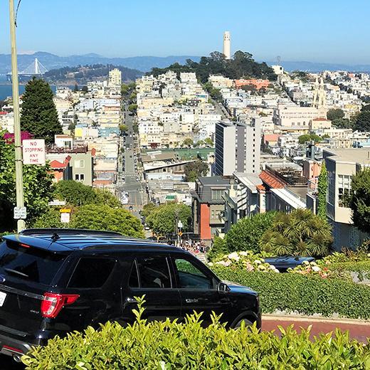 Lombard Street: Wenn das Autofahren mehr einer Achterbahnfahrt gleicht!